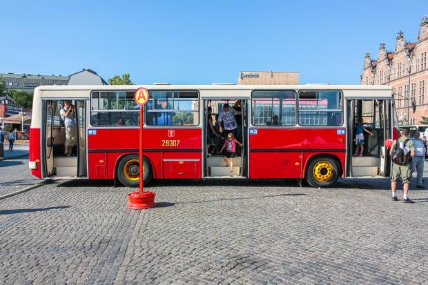 Ikarus 260 na Targu Węglowym przy dawnym znaku oznaczającym przystanek autobusowy.