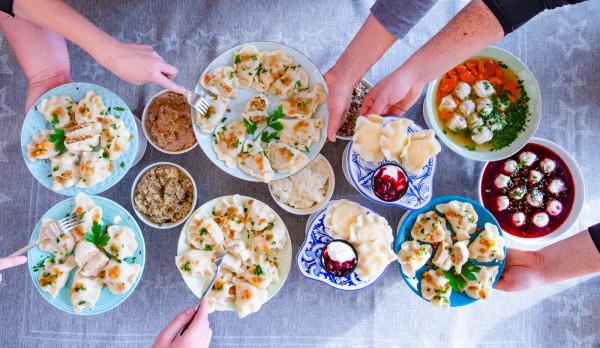 W One lepią zjemy: pierogi z mięsem, ruskie, twarogowe na słodko, z kaszą gryczaną czy tradycyjne świąteczne - z kapustą i grzybami. Do tego domowy rosół pełen aromatu oraz barszcz czerwony.