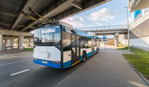Obecnie bezpośrednio pod Ergo Arenę dojeżdża tylko jedna linia trolejbusowa z Sopotu i Gdyni. Najbliższy przystanek tramwajowy oddalony jest o ok. 900 metrów, zaś SKM ok. 1,2 km.