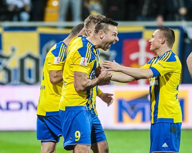 Michał Nalepa (z prawej) autoironii po nieudanych zagraniach uczył się od Pawła Abbotta (nr 9).