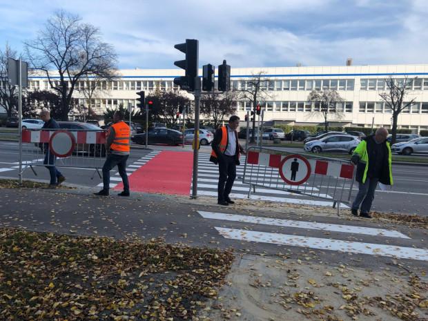 Pod koniec października udostępniono pieszym nowe naziemne przejście przez al. Grunwaldzką w Oliwie, na wysokości biurowców kompleksu Olivia Business Centre.
