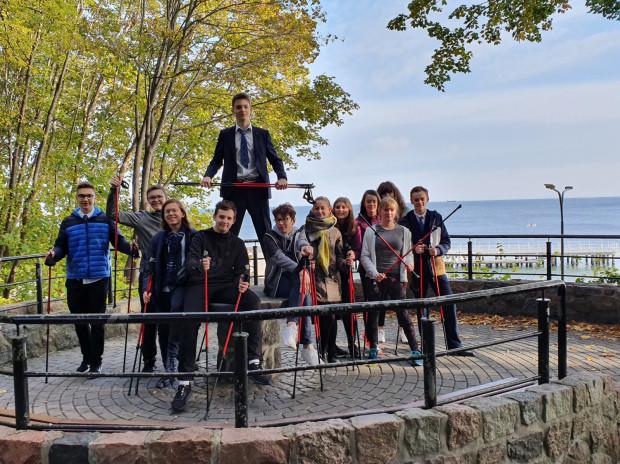 """Licealiści z Sopotu i Gdyni organizują akcję """"Young 4 Young"""" - charytatywny marsz dla młodzieży z Domu Dziecka """"Na Wzgórzu"""" w Sopocie."""