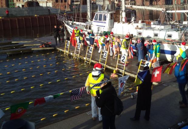 Startujący w mistrzostwach Europy morsów popłyną w torach zainstalowanych pomiędzy pomostami jachtowymi.