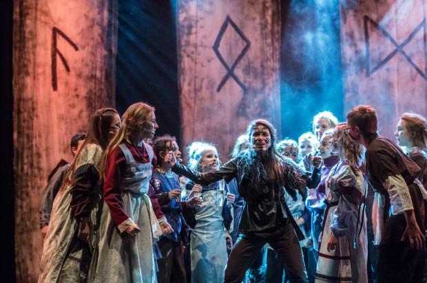 """Teatr Komedii Valldal pokaże w piątek, 27 grudnia, w Centrum św. Jana swój musical """"Valldalove"""" - na zdjęciu scena z musicalu """"Wikingowie""""."""