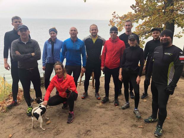Tomasz Szczęsny (w niebieskiej bluzie) co niedzielę zaprasza na wspólne bieganie po klifach. Dystans wynosi od 7 do 9 km pełnych podbiegów w malowniczym otoczeniu.