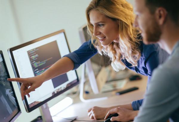 Kobiety w IT to niestety wciąż mniejszość. Projekty takie jak FairIT mają pomóc im w wejściu na rynek.