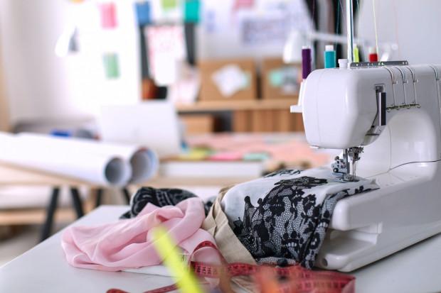 Zniszczone ubrania możesz poddać własnemu recyclingowi: przerobić je lub uszyć z nich coś nowego.