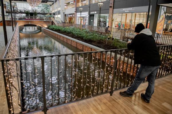 Po ponad dwóch latach sporów woda popłynęła kanałem Raduni w Forum Gdańsk.