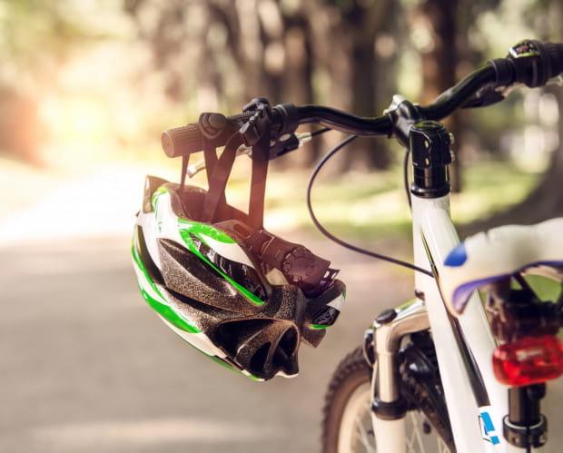 """Część z rowerzystów ochoczo zakłada tę część """"rowerowej garderoby"""", a część uważa, że jest ona niepotrzebna. Którzy z nich mają rację?"""