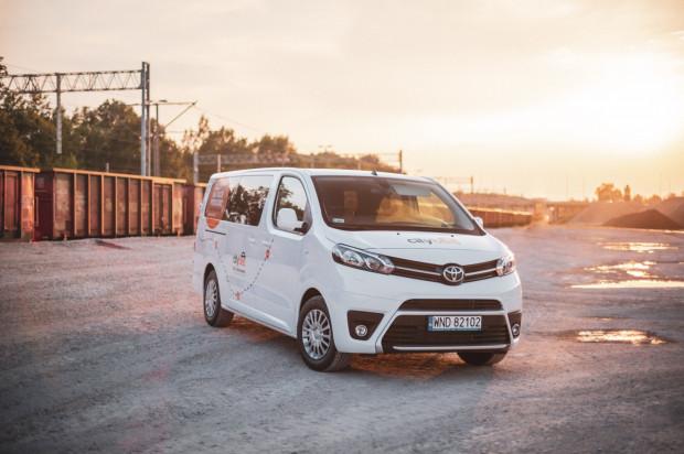 Dziewięcioosoba Toyota Proace Verso to oferta CityBee. Minuta jazdy kosztuje 0,99 zł i należy do niej doliczyć opłatę 0,99 zł za każdy kilometr.