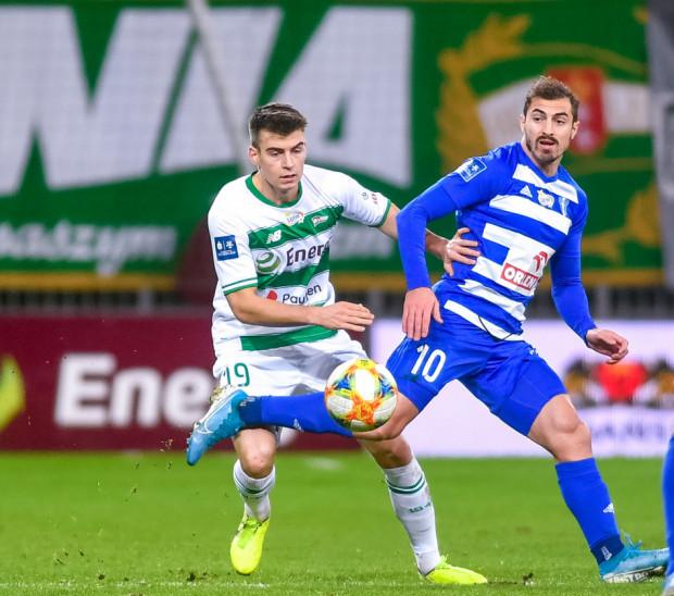 Karol Fila (z lewej) może rozgrywać ostatnie mecze w Lechii Gdańsk. Na zdjęciu w pojedynku z Giorgim Merebashvilim z Wisły Płock.
