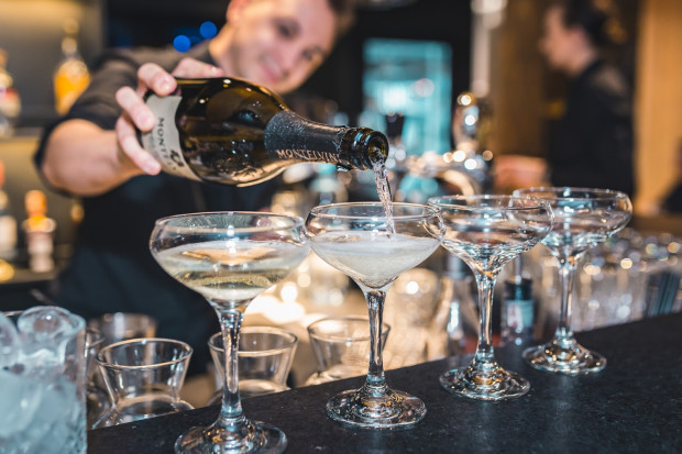 Nieodłącznym elementem sylwestrowej zabawy są koktajle i szampan, również w wersji bezalkoholowej.