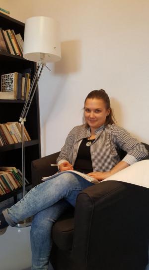 Urszula Obara lubi czytać na księgarnianym fotelu.