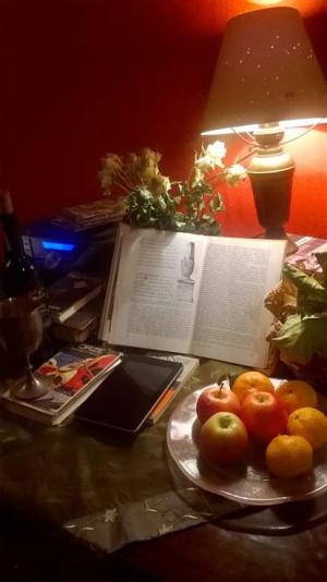 Ulubione miejsce do czytania Emmy Popik - przy stole w kuchni.