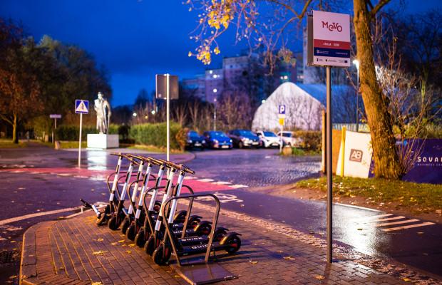 Stowarzyszenie Obszar Metropolitalny Gdańsk-Sopot-Gdynia nie pobiera żadnych opłat od firmy, która traktuje stojaki Mevo jako miejsce do parkowania hulajnóg.