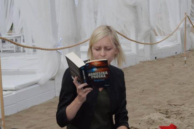 Zuzanna Gajewska - trójmiejska promotorka czytelnictwa - lubi czytać m.in. w przestrzeni miejskiej i namawia do tego innych albo czyta im sama.