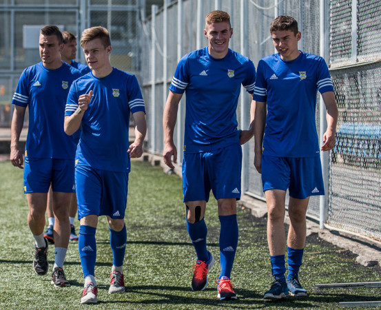 Różnie układają się losy młodych piłkarzy w Arce Gdynia. Od prawej na zdjęciu z lata 2017: Maksymilian Hebel próbuje wrócić do drużyny po wypożyczeniu, Mateusz Węsierski gra w Bałtyku, Jakub Wawszczyk doczekał się na debiut w ekstraklasie w żółto-niebieskich barwach, a Adrian Klimczak dopiero dostał taką szansę w ŁKS Łódź.