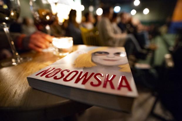 Książka Kasi Nosowskiej jest pełna refleksji oraz zabawnych zwrotów akcji. To słodko-gorzkie spojrzenie na rzeczywistość.