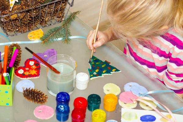 Długie zimowe wieczory warto wykorzystać na robienie świątecznych dekoracji.