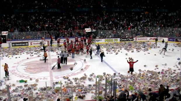 Teddy Bear Toss polega na rzucaniu przez kibiców pluszowych misiów po pierwszej bramce dla gospodarzy. Rekord na polskich lodowiskach to 2357 pluszaków. Z kolei rekord świata został ustanowiony na meczu amerykańskiego Hershey Bears, gdy na tafli znalazło się ponad 45 tys. miśków.