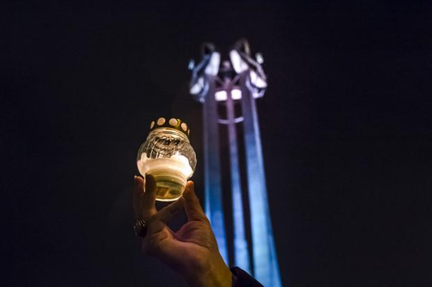 Przez cały dzień przedstawiciele różnych środowisk będą zapalili znicze i składali wieńce pod pomnikiem Poległych Stoczniowców na placu Solidarności w Gdańsku.