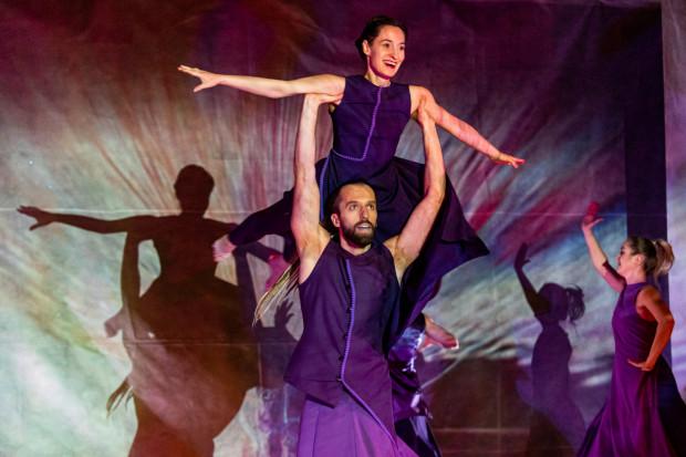 Autorką koncepcji, choreografii i reżyserii spektaklu jest Joanna Czajkowska (u góry, na zdjęciu z Janem Górczakiem).