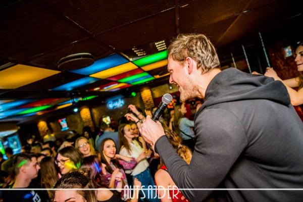 Dobry wokalista na karaoke to gwarancja zabawy także dla słuchaczy na parkiecie.