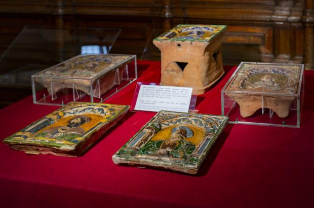 Zabytkowe kafle z Wielkiego Pieca są prezentowane na wystawie w Dworze Artusa.