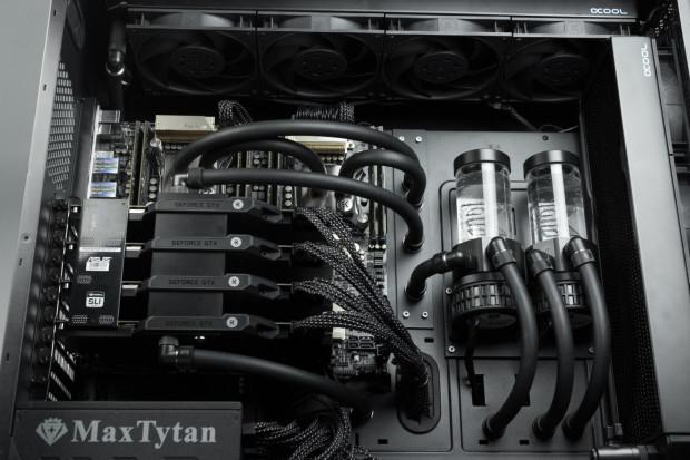 Wnętrze stacji roboczej z dwoma procesorami, czterema kartami graficznymi i chłodzeniem wodnym.