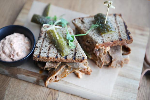 W kolejnym odcinku cyklu Jemy na mieście testuję restaurację Muszla w Gdyni. Na zdjęciu: kanapka pastrami.