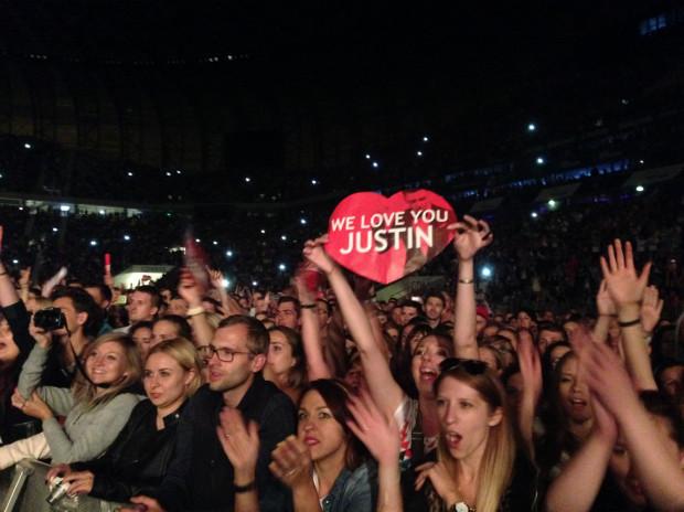 Tłum fanów na koncercie Justina Timberlake'a na stadionie w Letnicy, ówczesnej PGE Arenie.