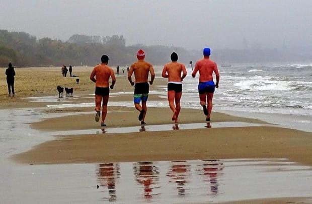 Choć klimatolodzy wskazują na stały wzrost średnich temperatur na całym świecie, zimowe bieganie po plaży w takim stroju jeszcze przez wiele lat pozostanie domeną morsów.