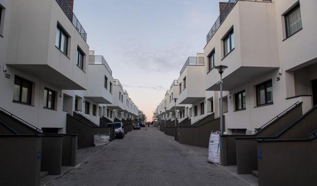 50 z 87 domów w realizowanej przez SM Ujeścisko inwestycji Płocka Park ma pozwolenie na użytkowanie. Nabywcy nie mogą jednak liczyć na uzyskanie pełnej własności, bo nieruchomości te zabezpieczają roszczenia wierzyciela.