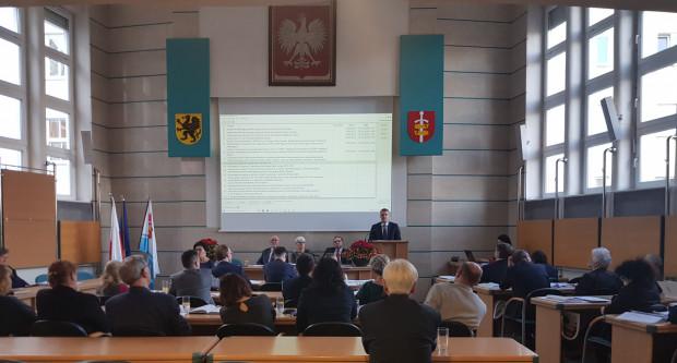 Radni Gdyni twierdzą, że przyszłoroczny budżet jest ostrożny. Na mównicy dr hab. Marcin Wołek z Samorządności.
