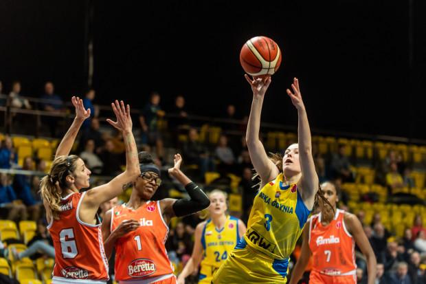 Angelika Slamova (z piłką) była najjaśniejszą postacią w słabo grającej Arce Gdynia. Koszykarka zdobyła 12 punktów.