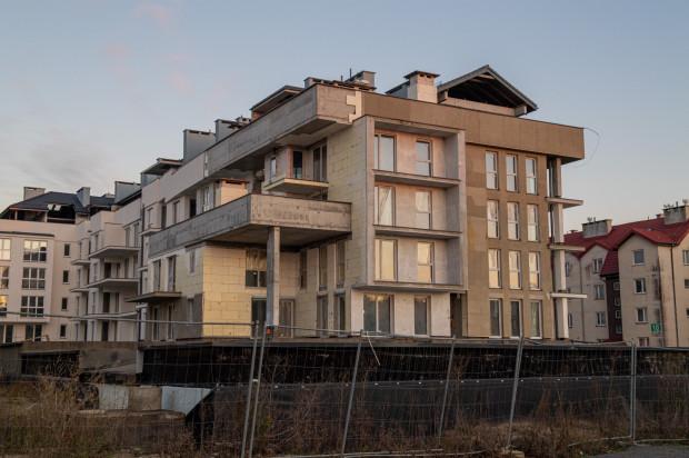 Budynek mieszkaniowy August. Opóźnienie w budowie wynosi około 2 lat. W tym przypadku nadal nie można mówić o stanie surowym zamkniętym.
