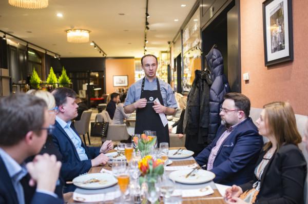 Daniel Chrzanowski, szef kuchni Zafishowanych przygotował zupę rybną według gdańskiej receptury.