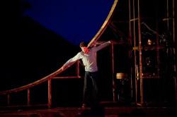 """""""Attache"""" szwajcarskiego Loutop to największe olśnienie tegorocznego festiwalu. Zapierały dech w piersiach niesamowite ewolucje w kole w wykonaniu Pierre'a Bertranda (na zdjęciu)."""