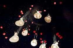 """Trzeci dzień festiwalu zakończył w dużej mierze podniebny spektakl """"Corazôn de Angles"""" belgijskiego Theater Tol. Osiem postaci zawieszonych kilkadziesiąt metrów nad ziemią tworzyło wspólnie piękne plastyczne kompozycje."""