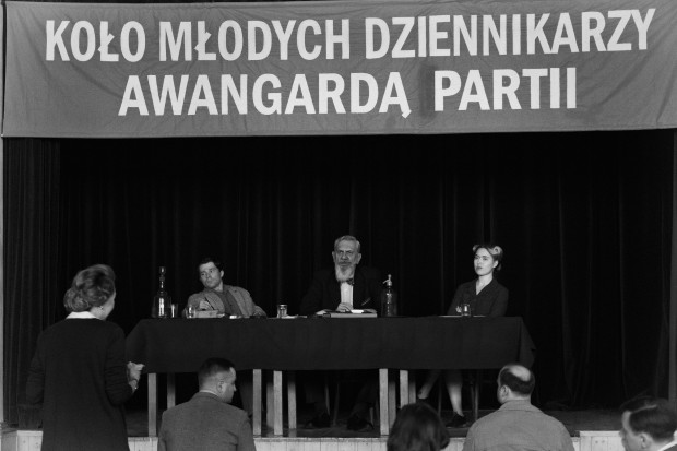Wystylizowana na lata 50. Warszawa jest miejscem, w którym artystyczna wolność i intelektualizm są towarem nie tyle deficytowym, co wręcz niepożądanym, a karierę mają szansę zrobić tylko ci, którzy przyklaskują władzy.