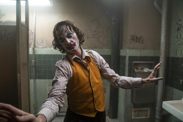 """Todd Phillips """"Jokerem"""" udowodnił, że nawet w kasowym kinie spod hollywoodzkiego sztandaru można stworzyć wysublimowane, artystyczne kino. Równie niepokojące, co piękne."""