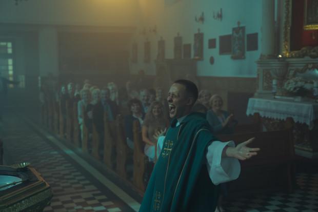"""""""Boże Ciało"""" święci triumfy na całym świecie, ale i na krajowym podwórku wywołało niemałe poruszenie wśród widzów. Film Jana Komasy to bezkonkurencyjnie najlepszy tytuł tego roku w rodzimej kinematografii."""
