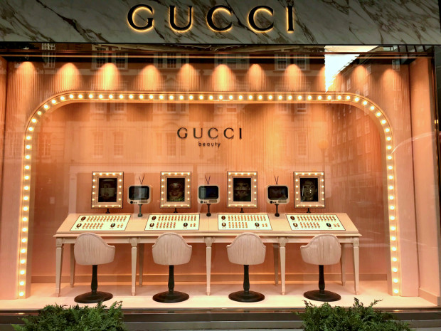 Luksusowe butiki przyciągają nie tylko ze względu na dostępne u nich produkty. Równie ważna jest ich ekspozycja i sprawienie, że klient poczuje się w ich sklepie wyjątkowo i będzie chciał tam wrócić.