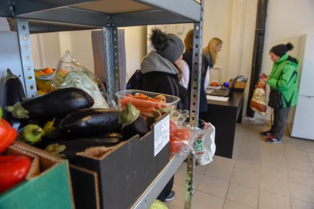 Sklep społeczny w Nowym Porcie w Gdańsku, w którym osoby potrzebujące mogą za darmo otrzymać jedzenie. Produkty z krótkimi terminami ważności przekazują supermarkety. Sklep prowadzi Bank Żywności w Trójmieście.