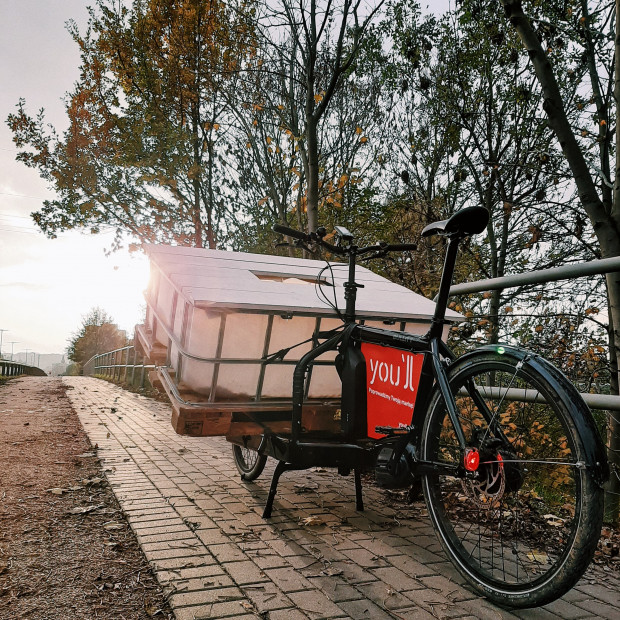Miejski rower typu cargo z ładunkiem na palecie