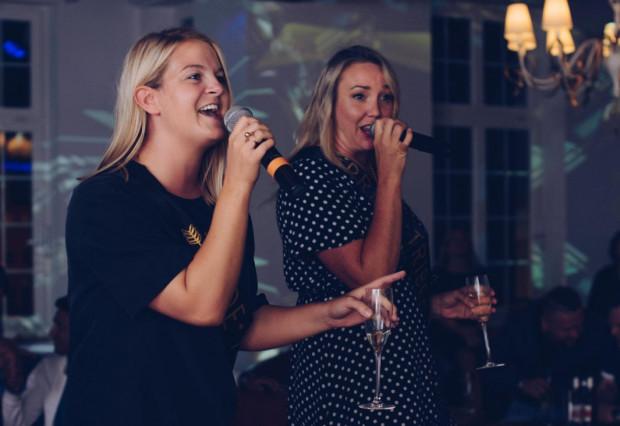 Podczas karaoke każdy może poczuć się i spróbować swoich sił jako gwiazda estrady.