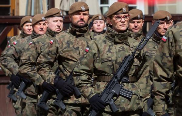 Żołnierze Wojsk Obrony Terytorialnej na Pomorzu podczas uroczystego przemarszu przez Gdańsk w 2019 roku.