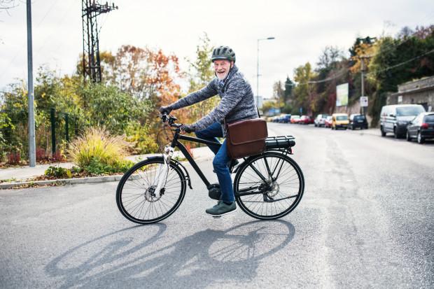 Dzięki rowerom elektrycznym seniorzy przezwyciężają ograniczenia związane z mobilnością.