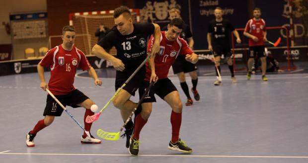 Męski zespół Olimpii Osowa Gdańsk (w czarnych strojach) rozgrywają debiutancki sezon w ekstralidze unihokeja, a po ośmiu meczach są liderem tabeli.