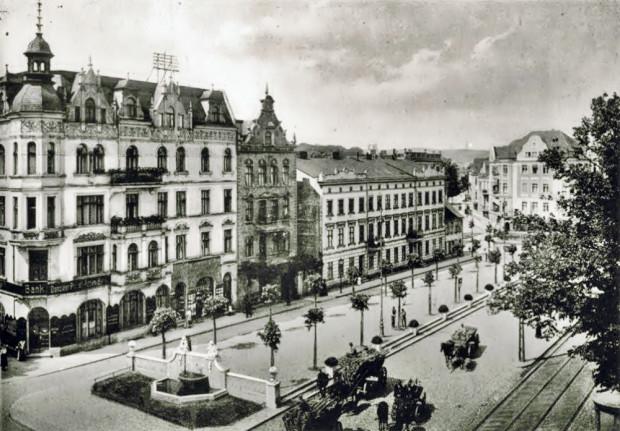 Wrzeszczański rynek na zdjęciu z początku XX stulecia. Po prawej widoczna kamienica, w miejscu której został wzniesiony Olimp. Z widocznej zabudowy, do czasów współczesnych zachowała się jedynie fontanna.